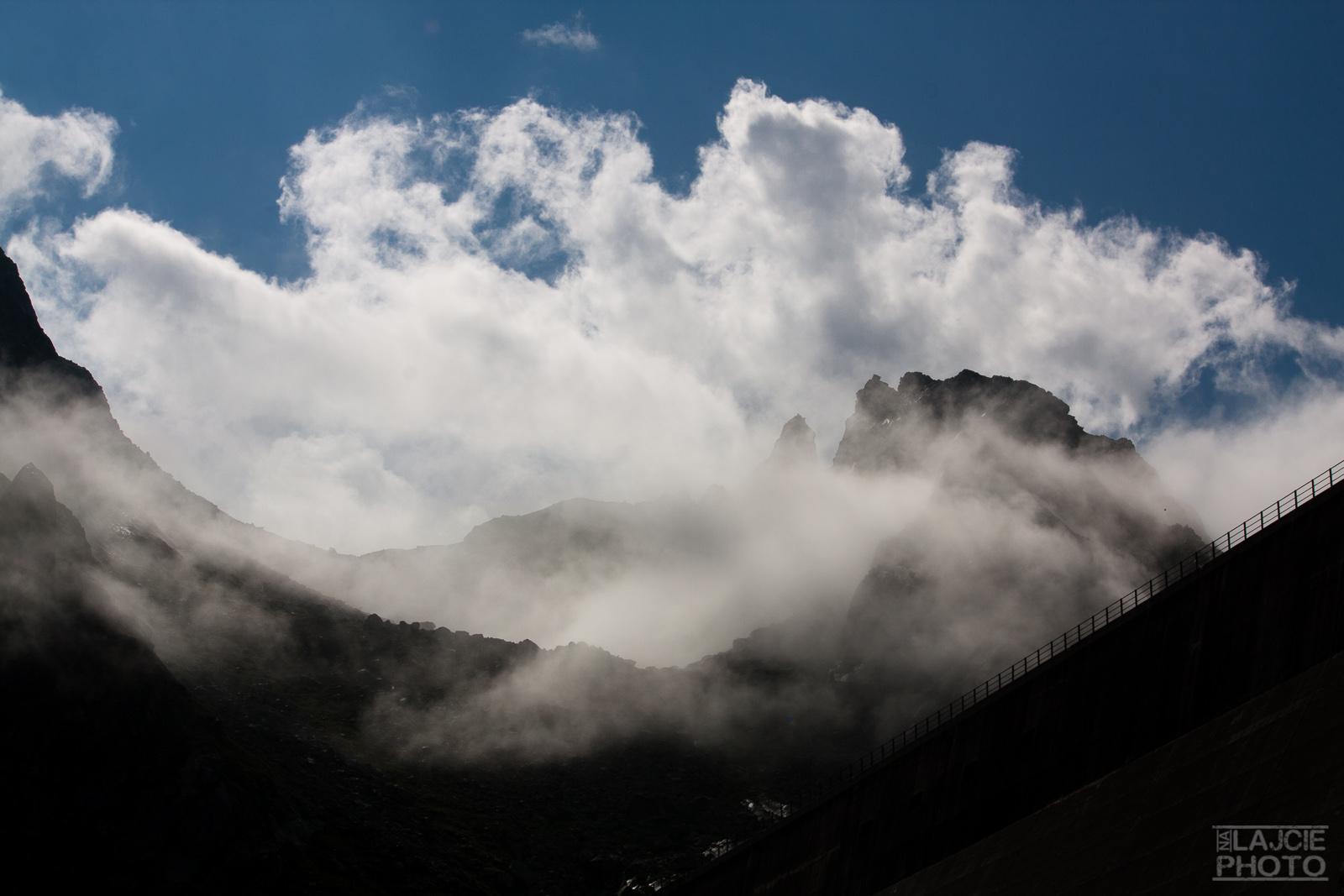 poranne chmury nad zaporą