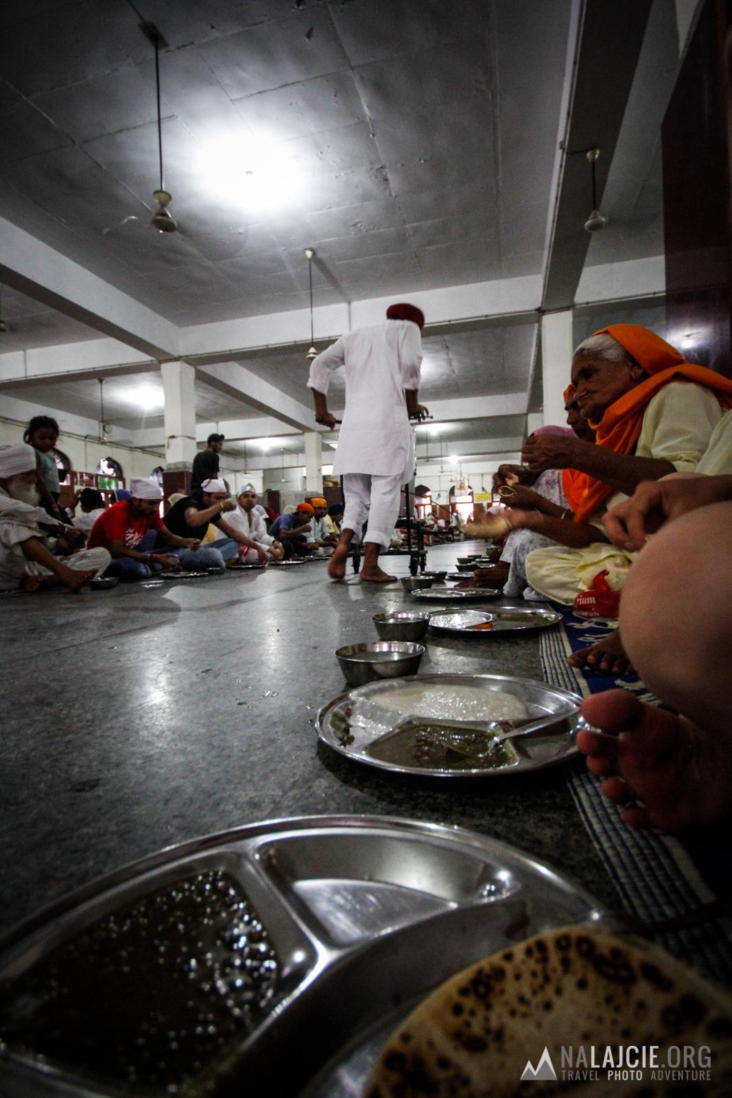Obok prężnie działa stołówka (każdy może zjeść za darmo) wydająca dziennie ok. 10000 posiłków