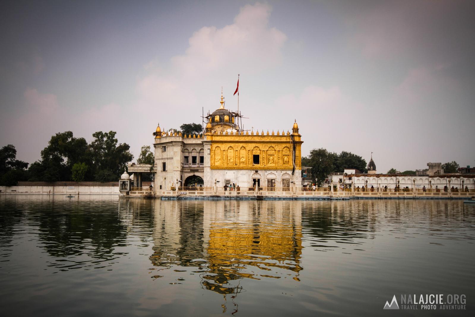 Tzw. Silver Temple - Hinduska świątynia zrobiona na podobieństwo tej Sikhów