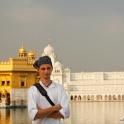 White wtapia się w tłum Sikhów