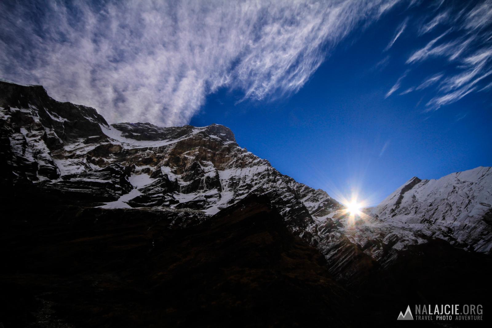 Wschód słońca nad zachodnią ścianą Dhaulagiri.