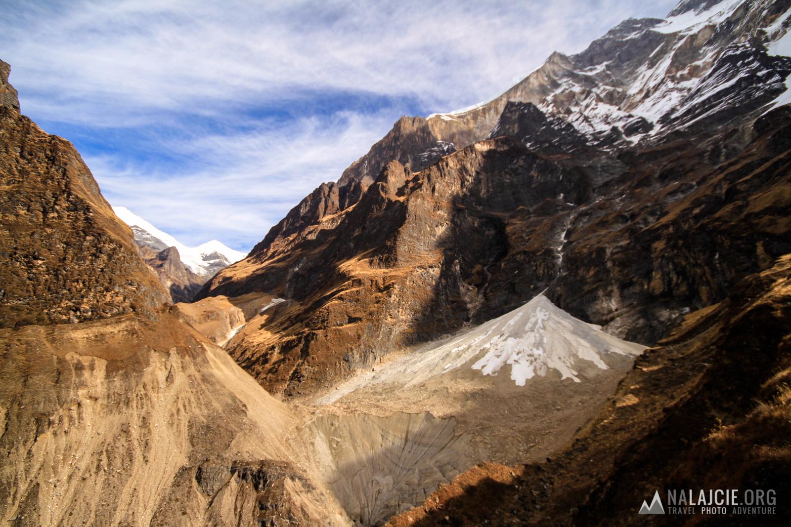 Schodzimy na dół po sypiącym się piargu na lodowiec i dalej stromym skalnym trawersem.