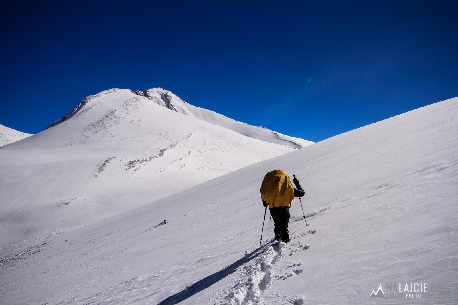 Na przełęcz szliśmy ponad 2 h. Torowanie wypruło nas ze wszystkich sił. Wszystko przez ten śnieg!