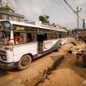 Czas na trekking! Lokalnym, rozklekotanym autobusem jedziemy do Beni.