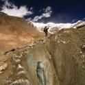 Klucząc po morenie lodowca Chhonbardan.
