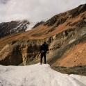 Z pobliskich stoków strasznie się sypie - schodzą śnieżno-kamienne lawiny...