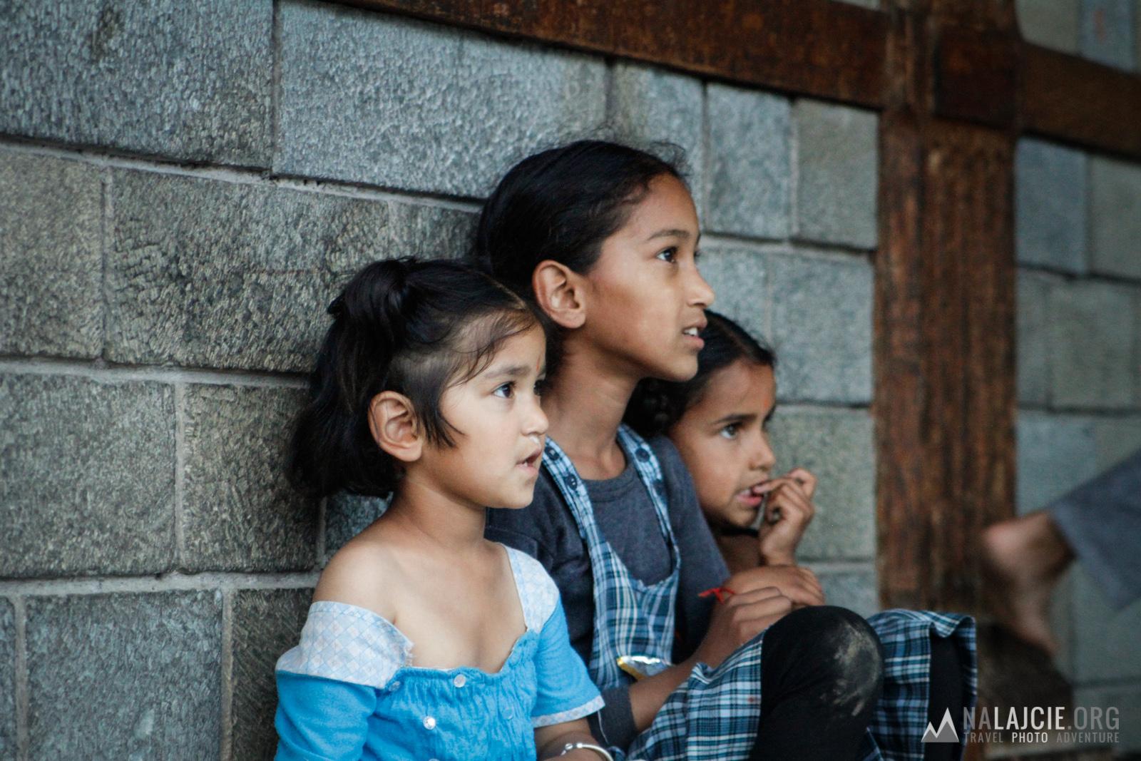 Lokalne dzieci pod Manu Temple, Manali