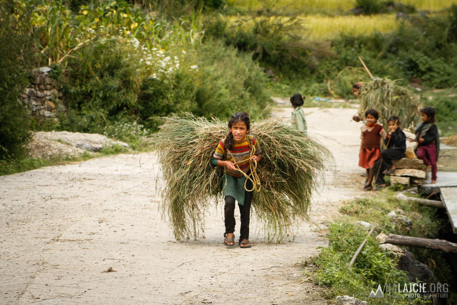 Pierwszego dnia musieliśmy dojść do pobliskiej wioski Z wypchanymi po klapy plecakami - było ciężko!
