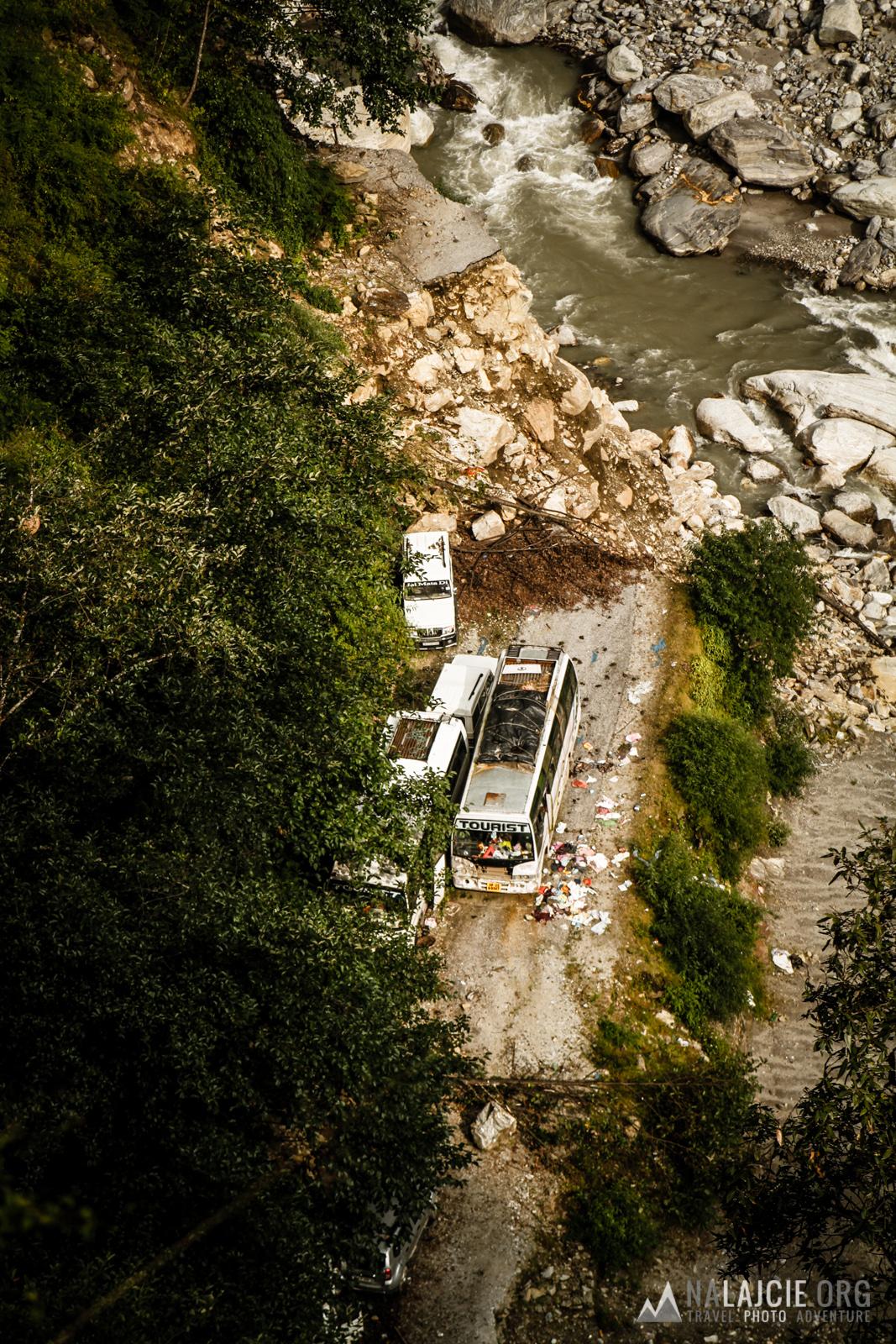 Na dnie doliny w dalszym ciągu stoją opuszczone samochody i autobusy.