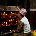 A Nepalczycy palą świeczki, zatopieni w modlitwie...