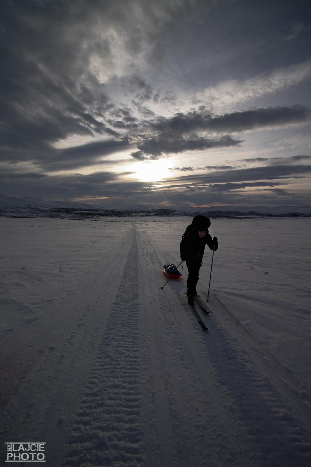 Ślad przetarty przez skutery śnieżne ułatwia sprawę
