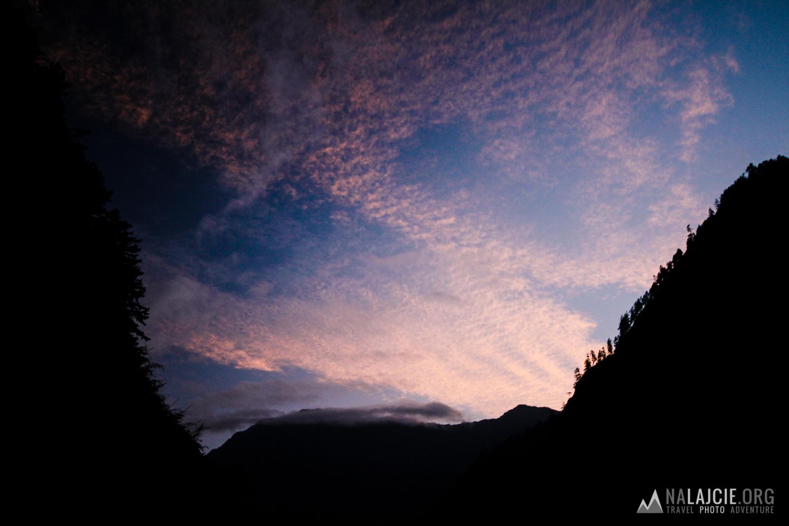 Zachód słońca w dolinie.