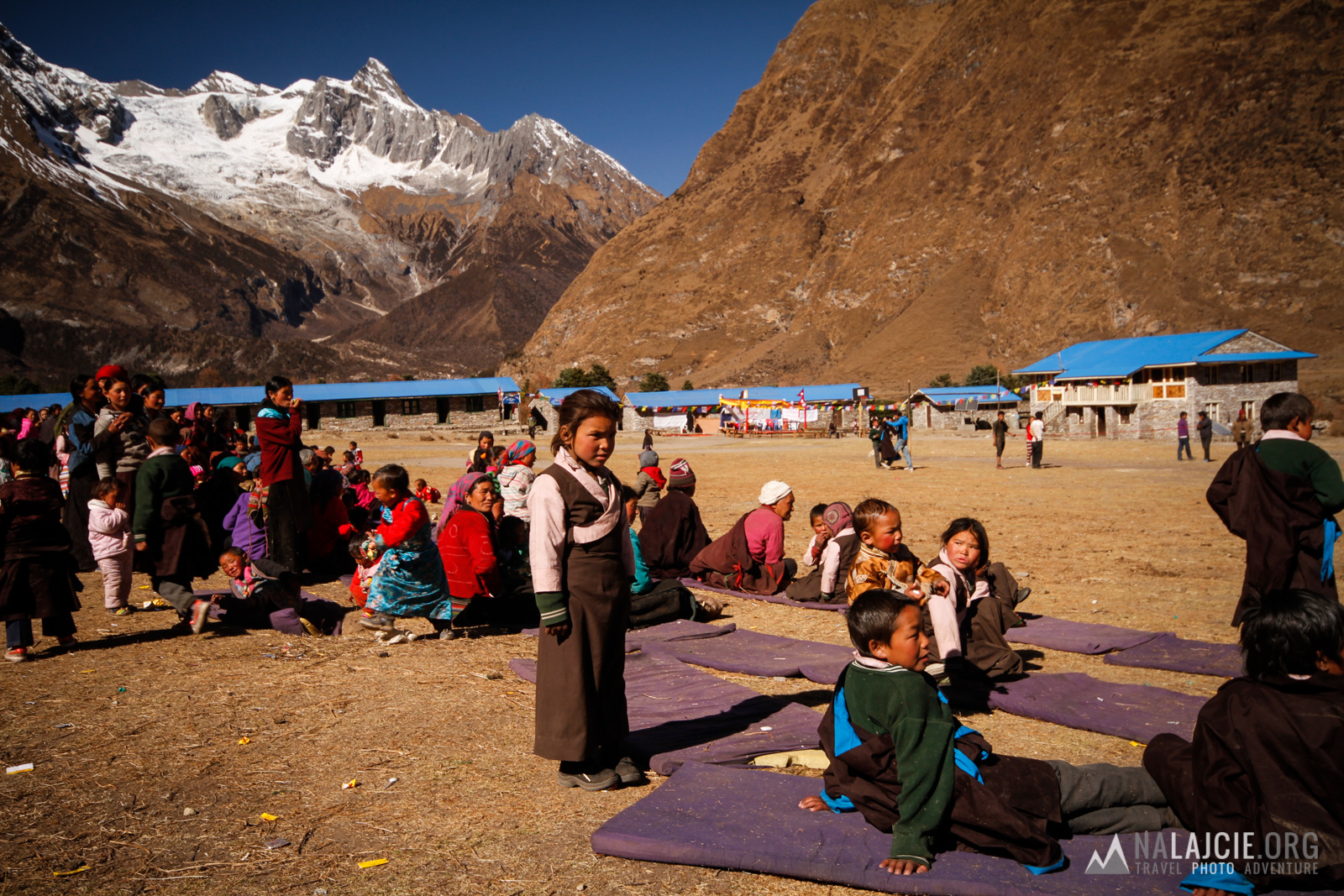 Kompleks szkolny niedaleko wioski Sama