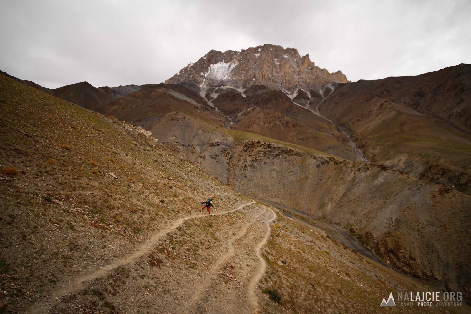 Przed nami długi dzień - w drodze na przełęcz Konzke La.