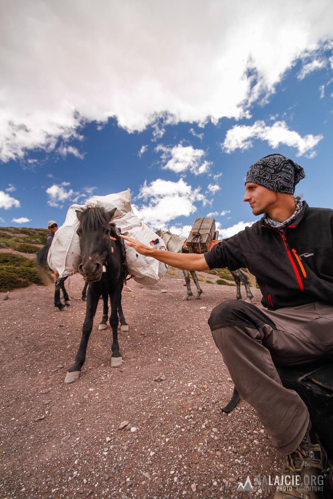 Na górze wita nas orszak agencji trekkingowej.