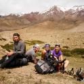 Za nami, gdzieś w oddali pasmo Stok Kangri.