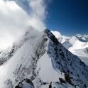 Widok na grań i wyższy wierzchołek góry.