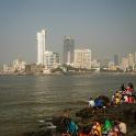 Kąpiel w morzu, z widokeim na mumbaiską metropolie.