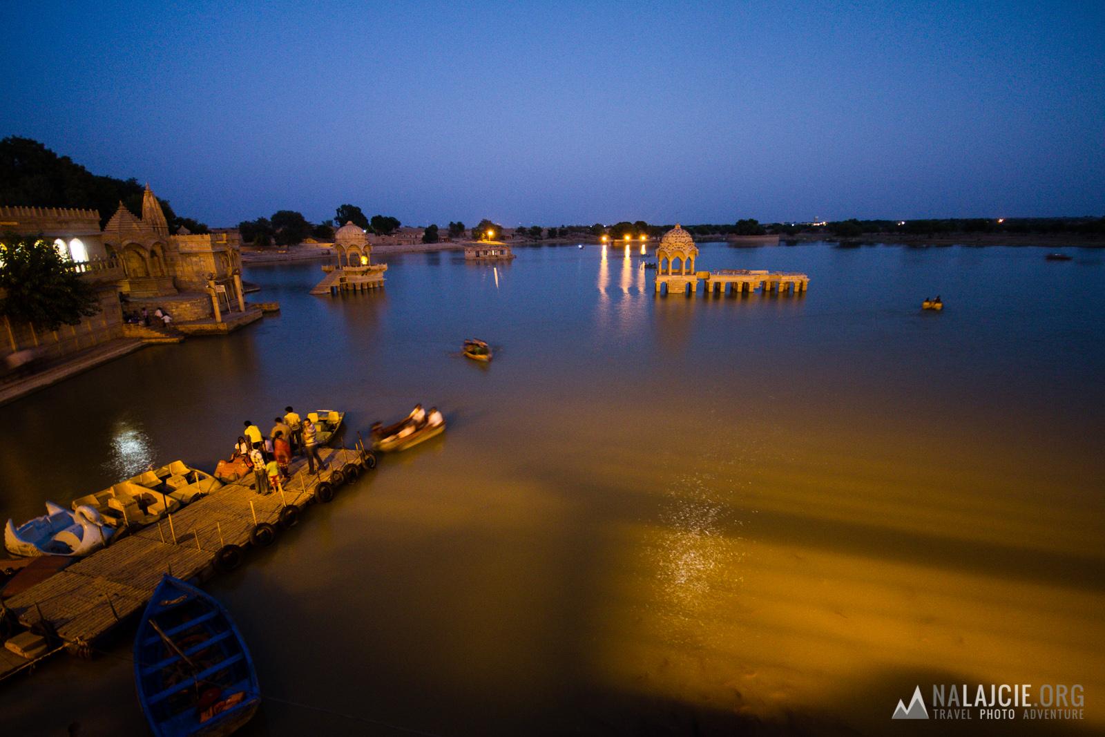 A tu Jaisalmer - jezioro Gadi Sagar.