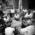 Na ulicy, grupki miejscowych grają w karty.