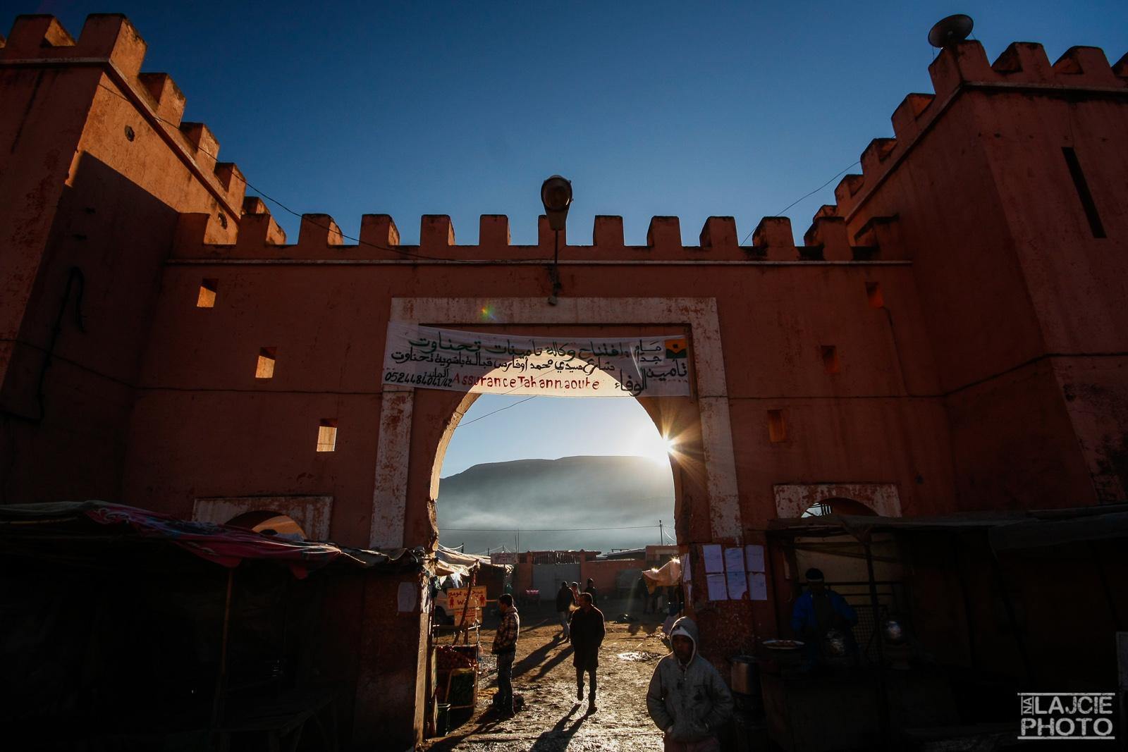 Poranek - rynek w Asni