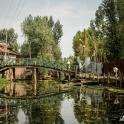 Prowizoryczne mosty na rzece.
