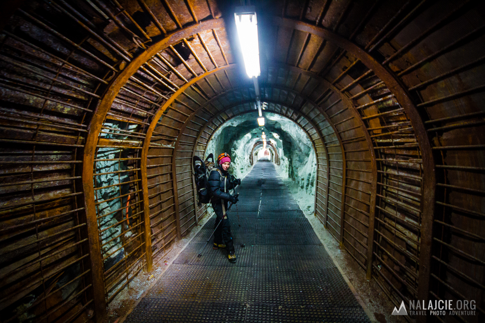 tunel pod stacją kolejki Felskinn (czynny nawet w środku nocy)
