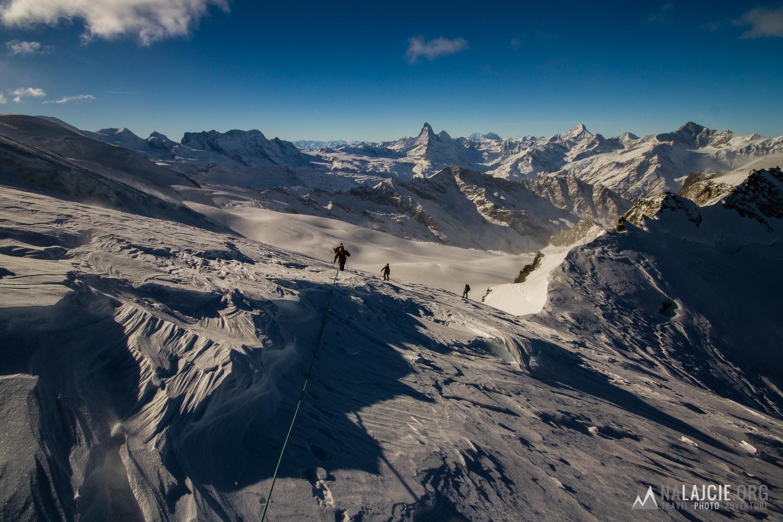 Podejście z przełęczy, w tle Matternhorn