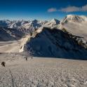 Zmrożony śnieg pod szczytem