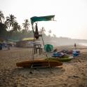 Z samego rana nad plażą unosi się mgła.
