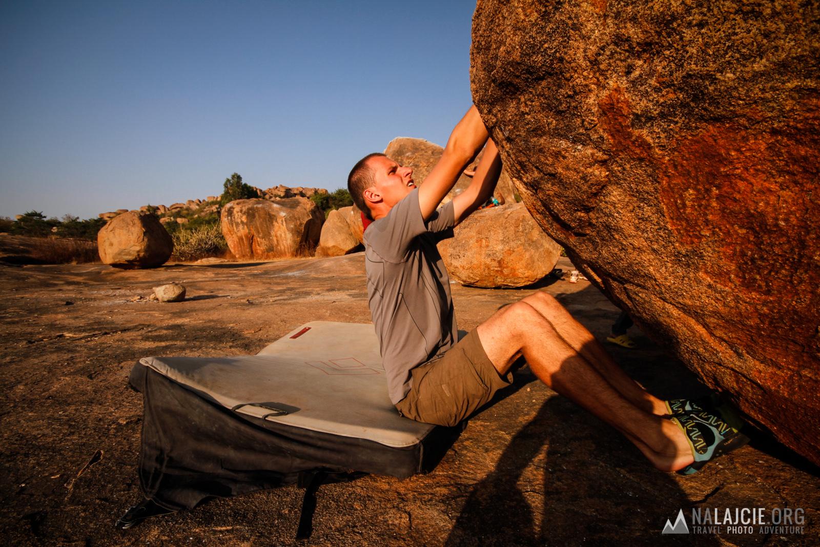 Korzystąc z ostatnich chwil słońca, siedzimy w skałach.