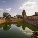 Świątynie otacza fosa.