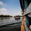 Mijając po drodze mniejsze turystyczne łódki.