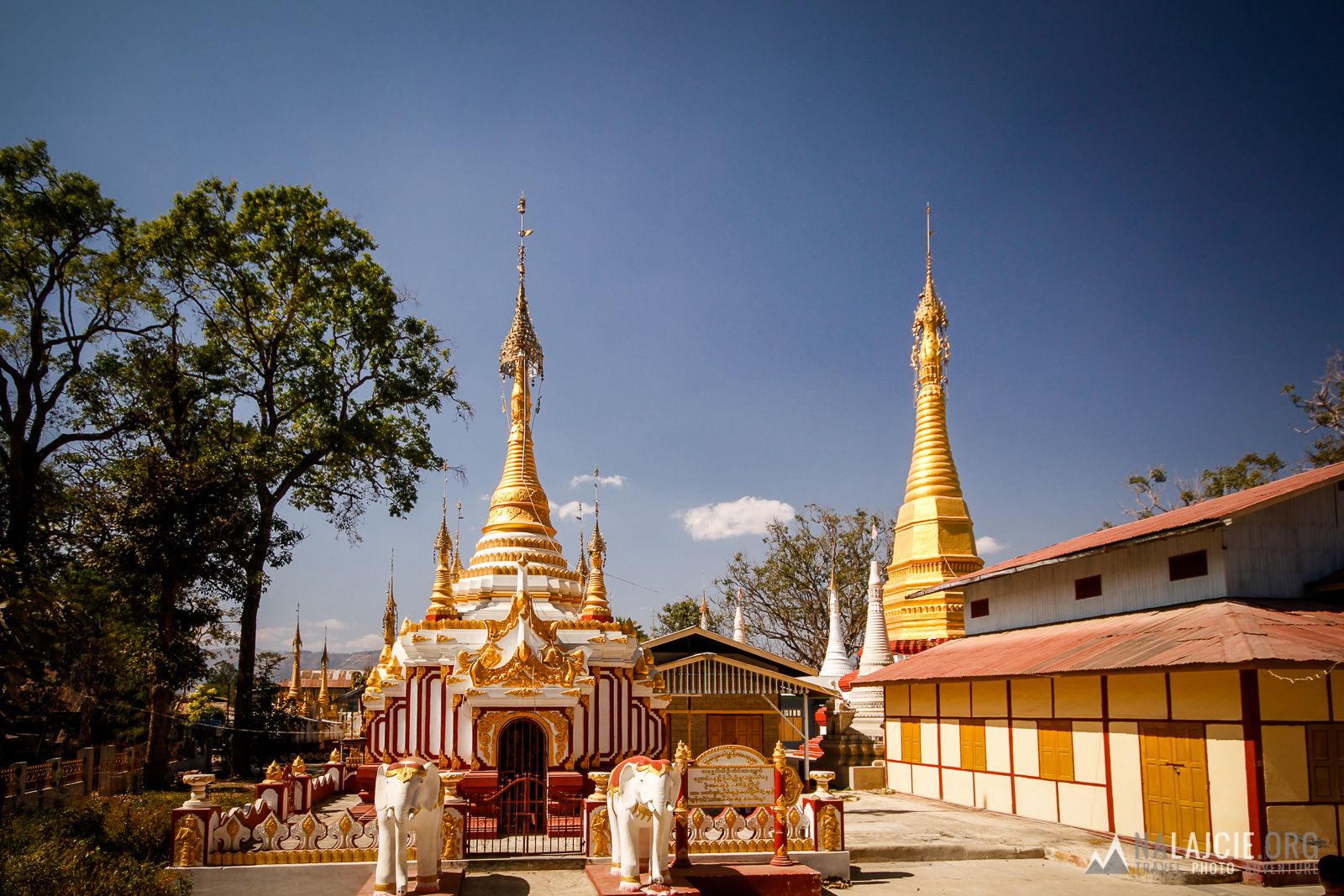 Jedna świątynia wyrasta obok drugiej.