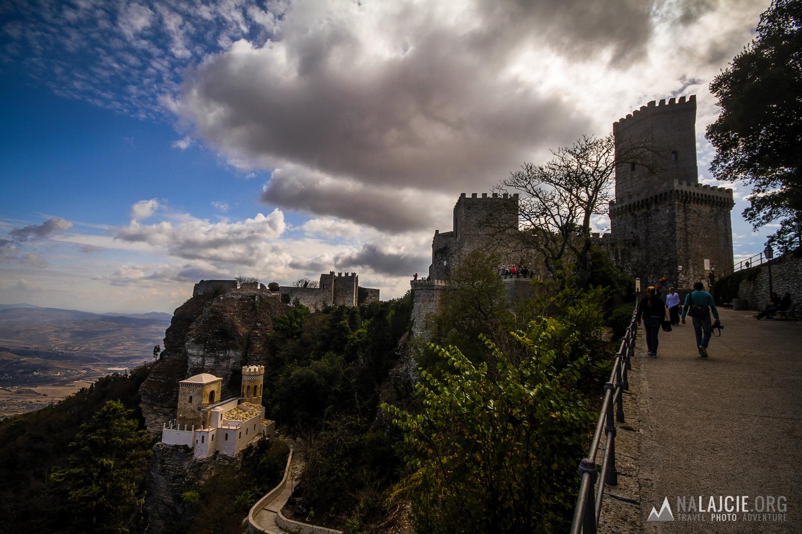 A w tle zamek