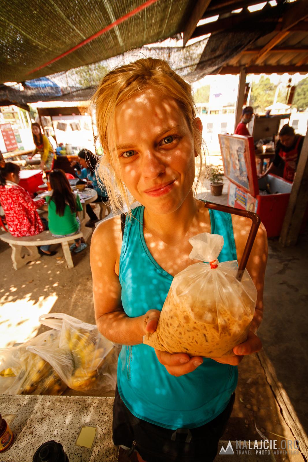 Wsiadamy na rowery w Chiang Mai. Kawa z siaty.